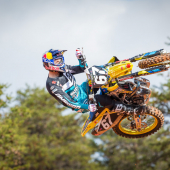 jgrmx-yoshimura-suzuki-factory-racing-2019-team-shoot_252-1280x853