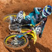 jgrmx-yoshimura-suzuki-factory-racing-2019-team-shoot_265-1280x853