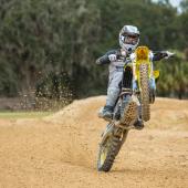 jgrmx-yoshimura-suzuki-factory-racing-2019-team-shoot_274-1280x853