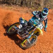 jgrmx-yoshimura-suzuki-factory-racing-2019-team-shoot_304-1280x853